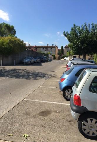 De nombreuses places de parking à votre disposition en bordure de route, devant l'entrée de la résidence